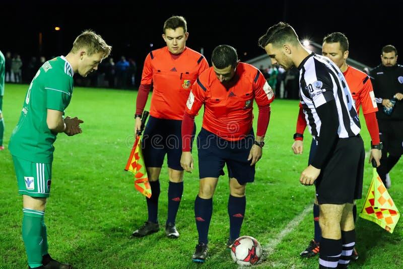 Kapitäne Conor McCormack Cork City, Jason Conway St Marys AFC und Referent David Keeler-Blick am Münzenwurf lizenzfreie stockfotografie