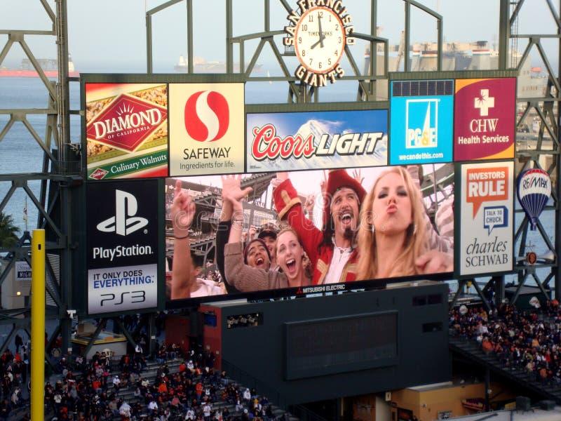Kapitan Morgan i baseballi fan Świętujemy na tablica wyników fotografia stock