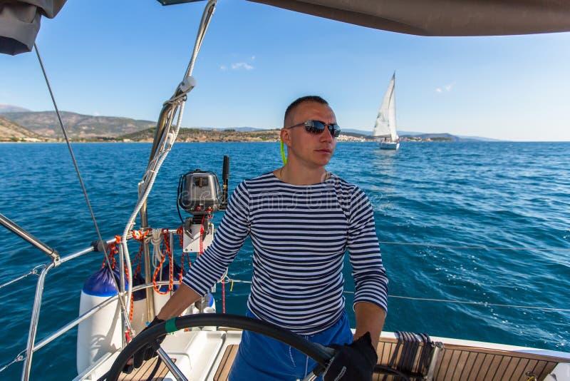 Kapitein bij de roercontroles van een varend jacht Sport royalty-vrije stock fotografie