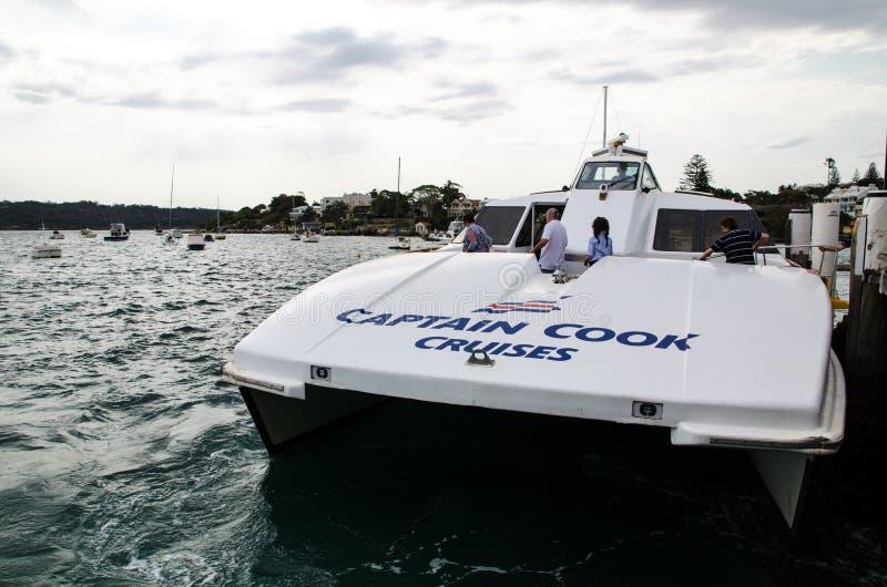 Kapitein Cook Cruises stelt veerdienst in Watson Bay in werking stock afbeeldingen