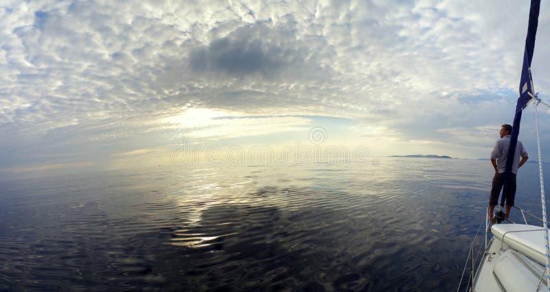 Kapitein het ontspannen op de boot stock afbeeldingen