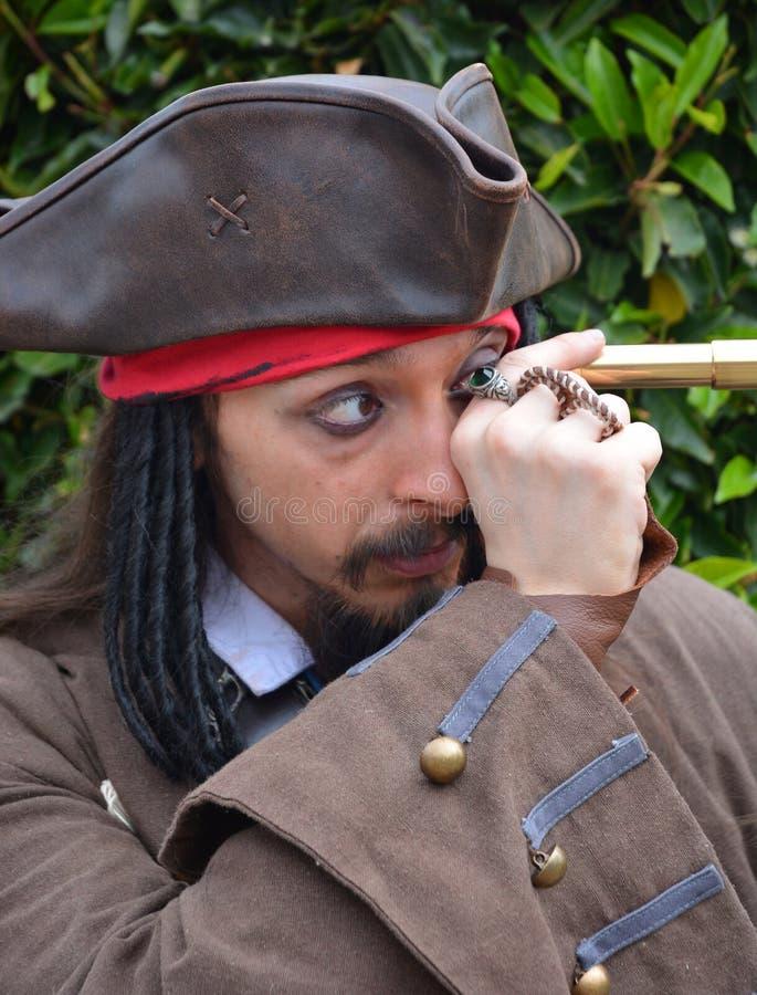 Kapitein Jack Sparrow Cosplayeredelen door telescoop royalty-vrije stock fotografie
