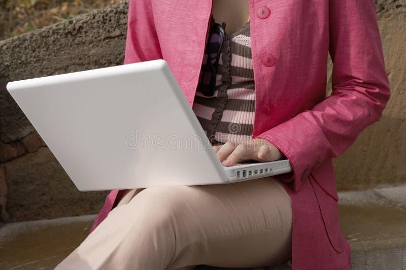 Kapitel der Frau, die Laptop verwendet stockbilder