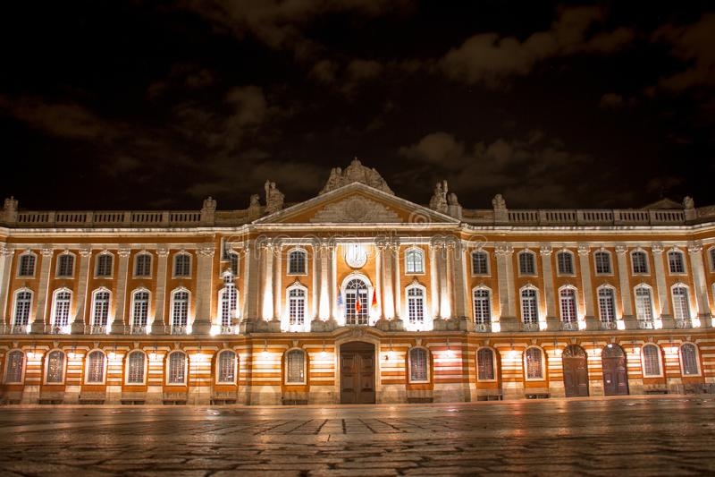 Kapitolium av Toulouse, nattsikt arkivfoton
