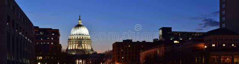 Kapitoliumbyggnadssikt från den Monnona terrassen, Madison, Wisconsin, USA arkivfoton