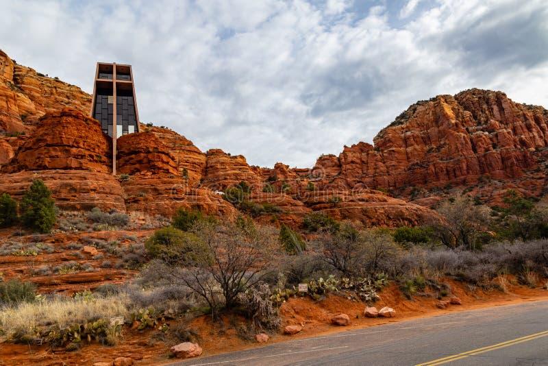 Kaplica Święty Przecinający Sedona AZ wideangle widok od tylnej drogi zdjęcie stock
