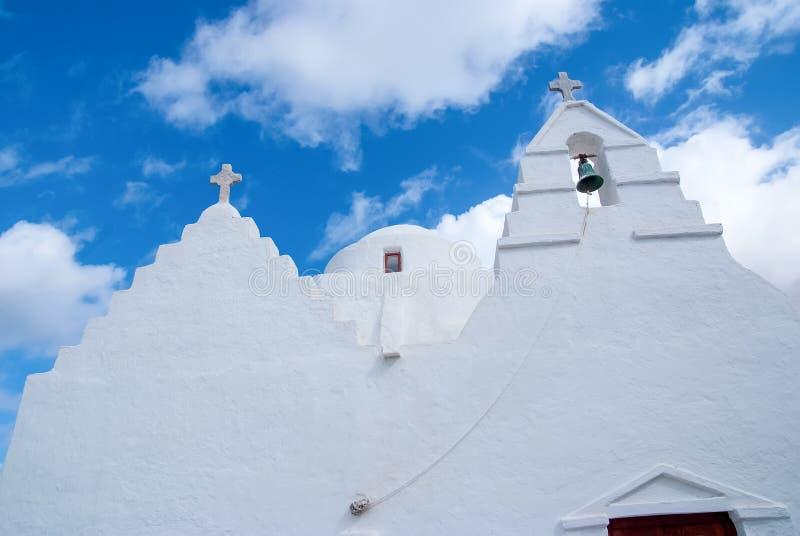Kaplica budynku architektury szczegół w Mykonos, Grecja Kościelny dzwonkowy wierza i kopuła z krzyżami Biały kościół na chmurnym zdjęcia stock