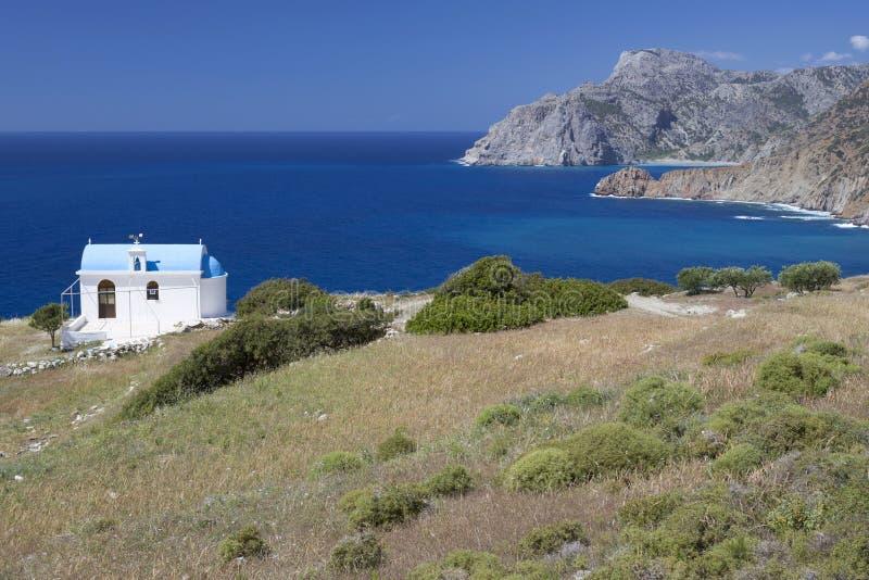 Kaplica przegapia morze na Karpathos, Grecja zdjęcie stock