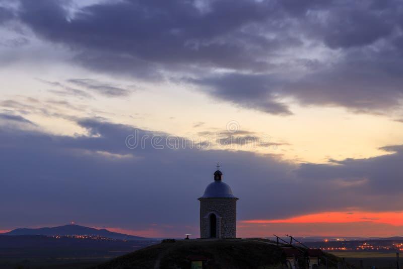 Kaplica w pobliżu Velke Bilovice z Palavą w zachodzie słońca, Morawa Południowa, Czechy fotografia stock