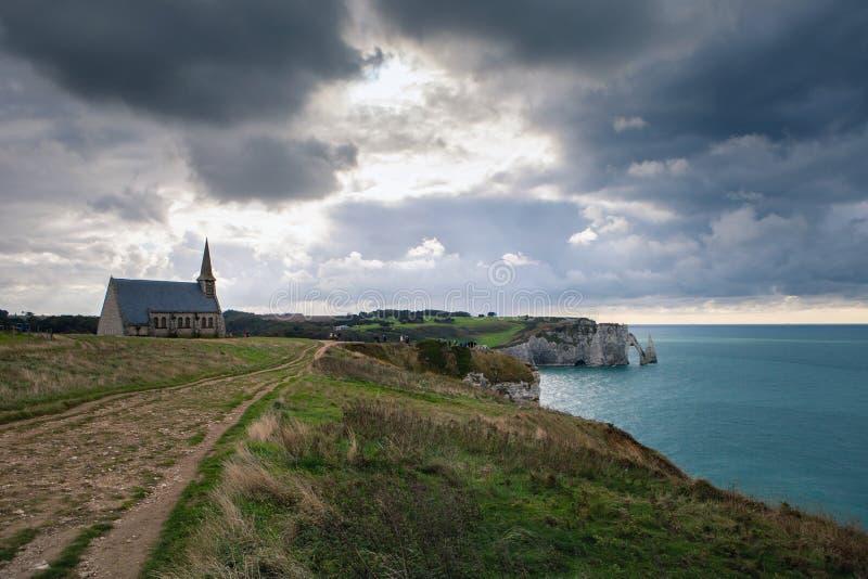 Kaplicy Notre-Dame de los angeles Garde i wapień falezy Etretat z widokiem morza w Październiku, Francja fotografia royalty free