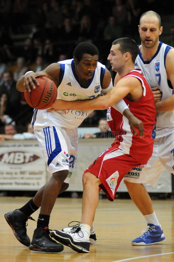 Kaposvar - Szolnok Basketballspiel lizenzfreies stockfoto