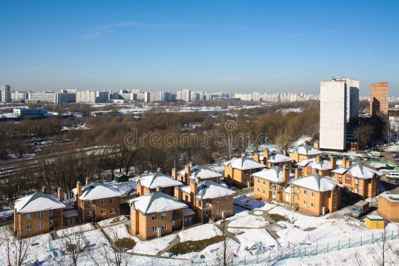 Kapotnya, окраины Москвы, России Взгляд зимы города, парка и реки Москвы стоковая фотография rf