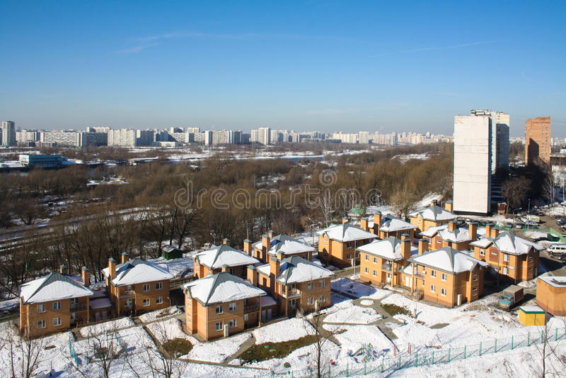 Kapotnya, cercanías de Moscú, Rusia Opinión del invierno de la ciudad, del parque y del río de Moscú fotografía de archivo libre de regalías