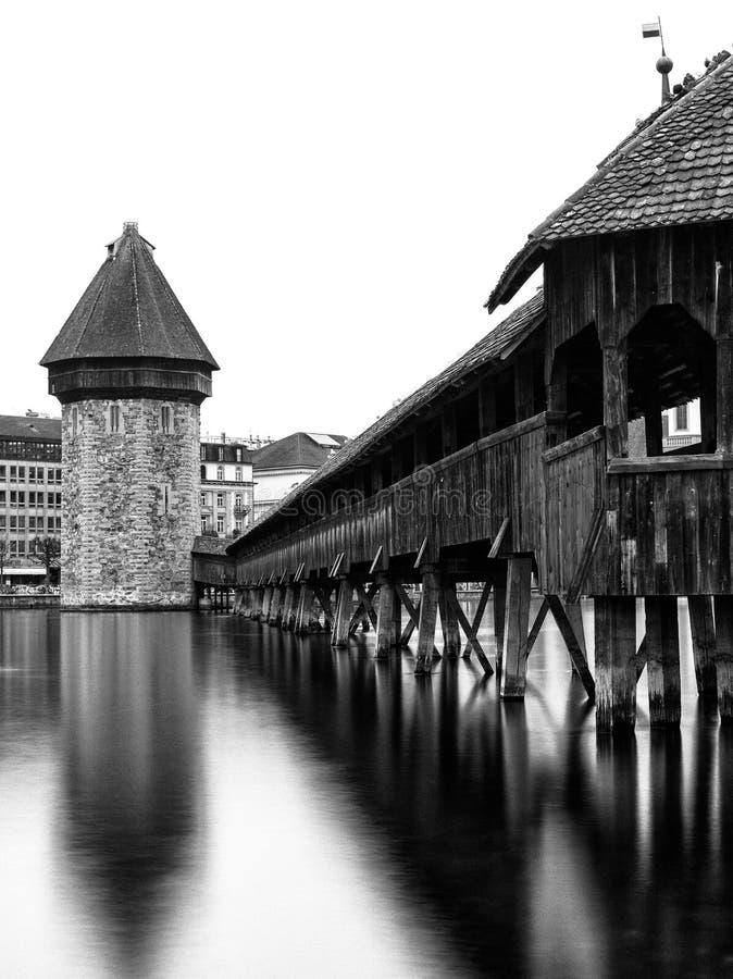 Kappel most w Luzern z wieża ciśnień pionowo widokiem w czarny i biały długim ujawnieniu obrazy royalty free