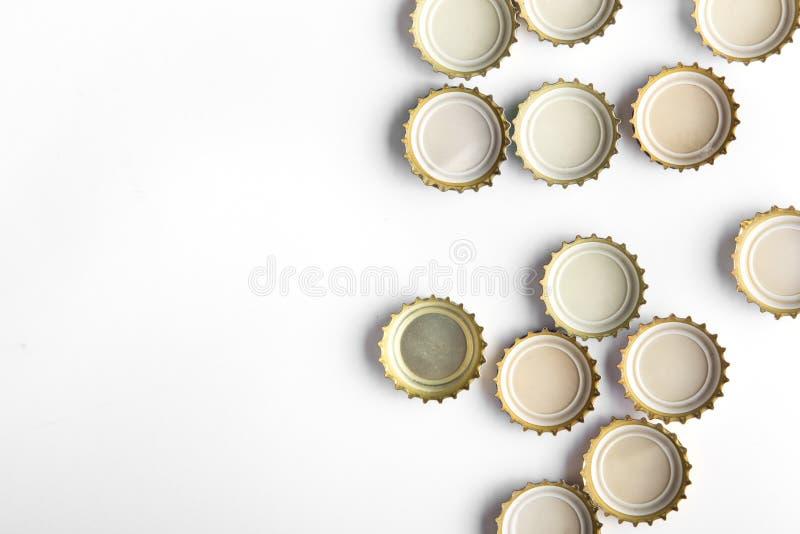 Kappen des Bieres auf weißem Hintergrund lizenzfreie stockbilder