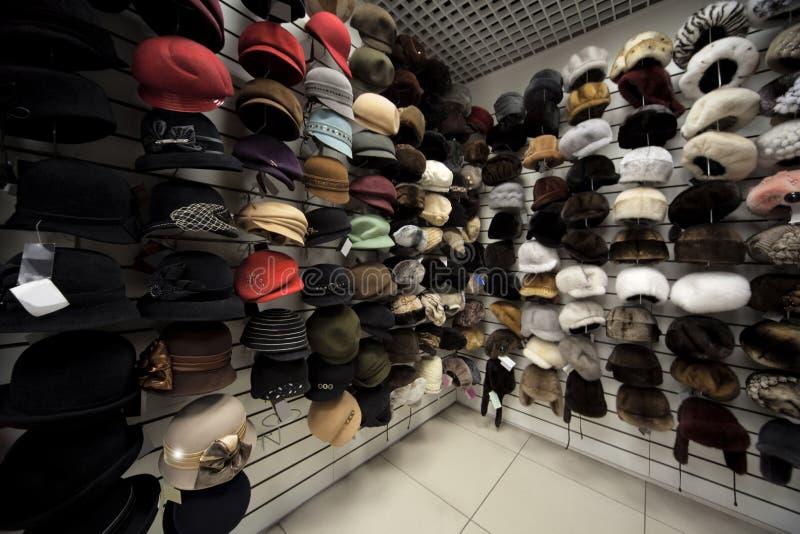 Kappen, hoeden en andere headdres in winkel royalty-vrije stock foto's