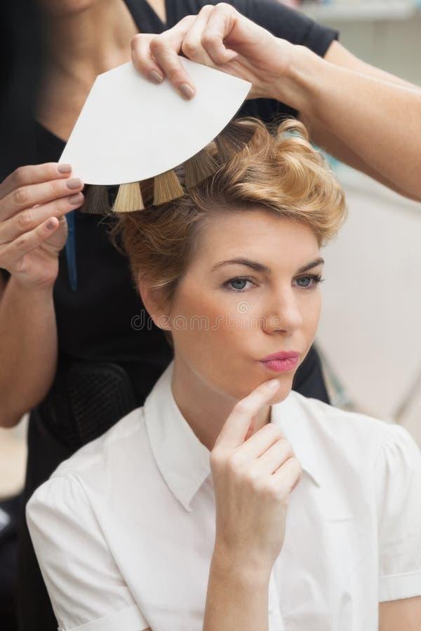Kapper die haarkleurtypen tonen stock fotografie