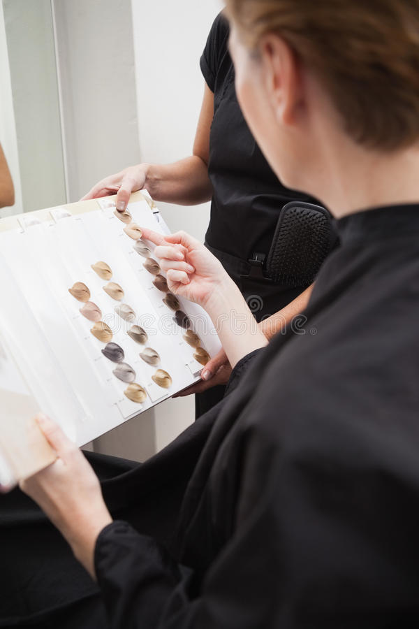 Kapper die haarkleurtypen tonen stock foto