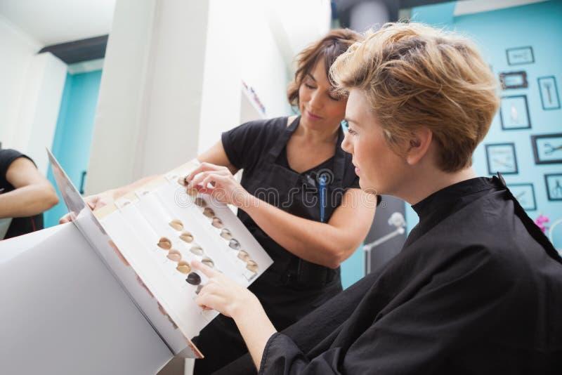 Kapper die haarkleurtypen tonen royalty-vrije stock afbeeldingen