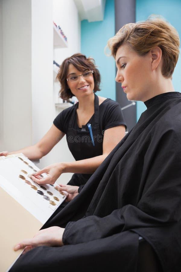 Kapper die haarkleurtypen tonen royalty-vrije stock foto's