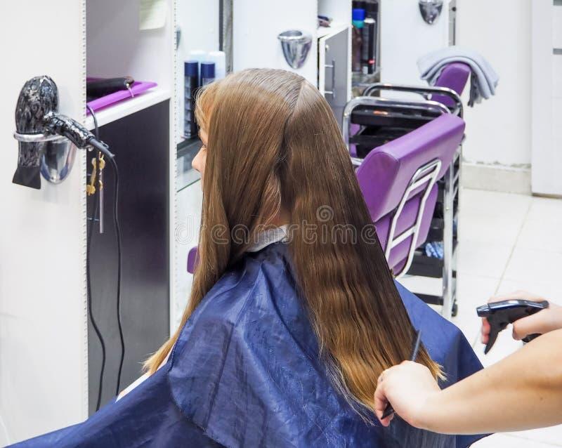 Kapper die kapsel in herenkapper doen Het scherpe haar van de kapper De schoonheidsindustrie stock fotografie