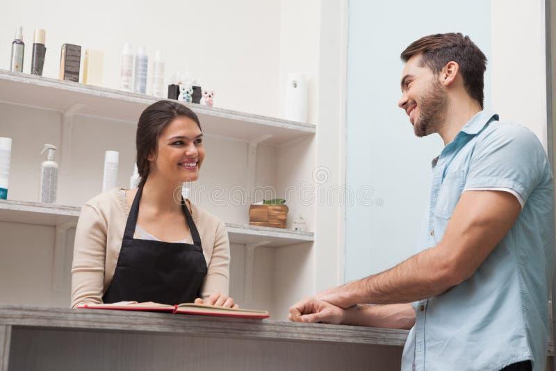 Kapper die met een klant spreken stock afbeelding