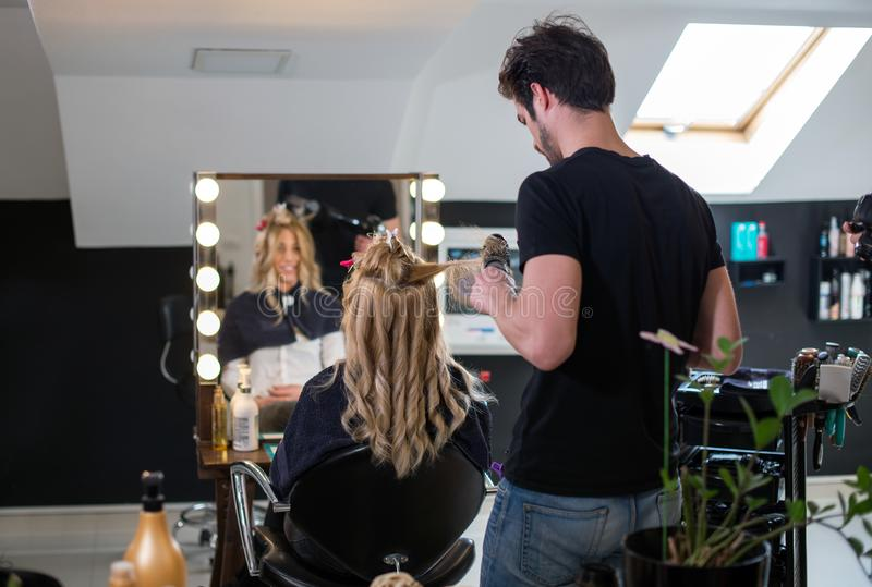 Kapper en blonde cliente bij salon royalty-vrije stock fotografie