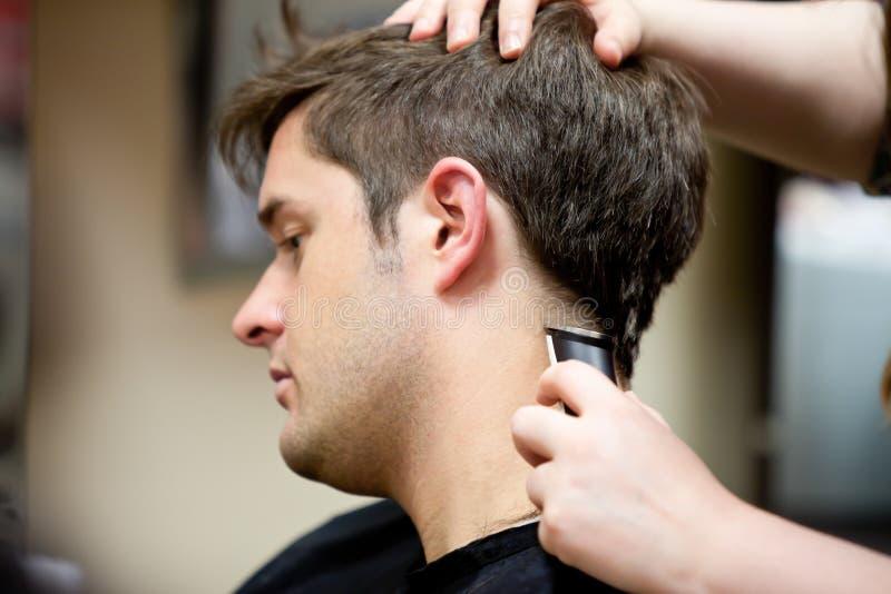 Kapper het snijden het haar van haar klant stock foto's