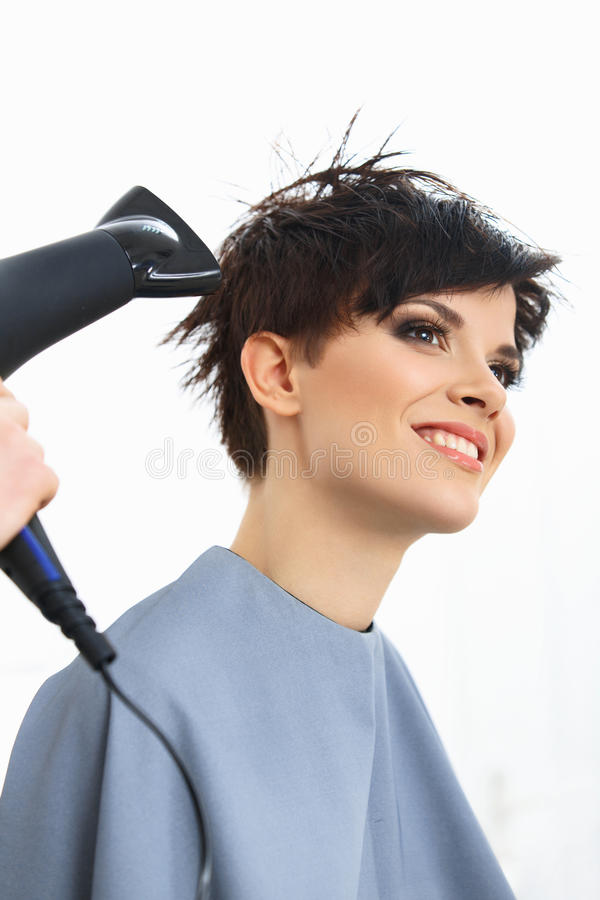 Kapper Using Dryer op Vrouwen Nat Haar in Salon.  Kort Haar. royalty-vrije stock foto