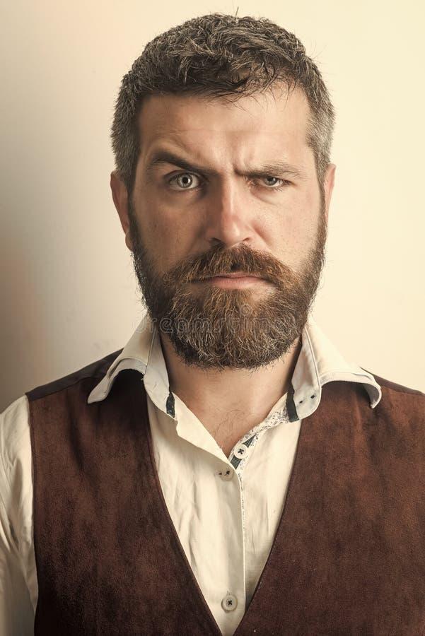 Kappersmanier en schoonheid Mens met lange baard en snor op ernstig gezicht royalty-vrije stock foto