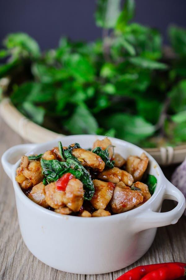 Kapro Gai, uppståndelse Fried Basil Cicken på trä thailändsk berömd mat, thailändsk gata arkivbild