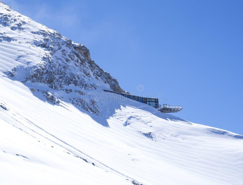 KAPRUN, ÁUSTRIA, o 12 de março de 2019: Paisagem do inverno com vista na parte superior panorâmico do restaurante de Saltzburg co imagens de stock royalty free