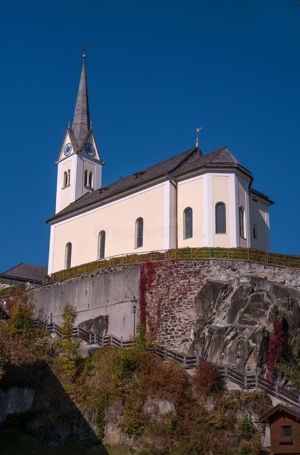 Kaprun, Áustria St Margaretha da igreja Católica Igreja na montanha As escadas íngremes conduzem à igreja imagens de stock