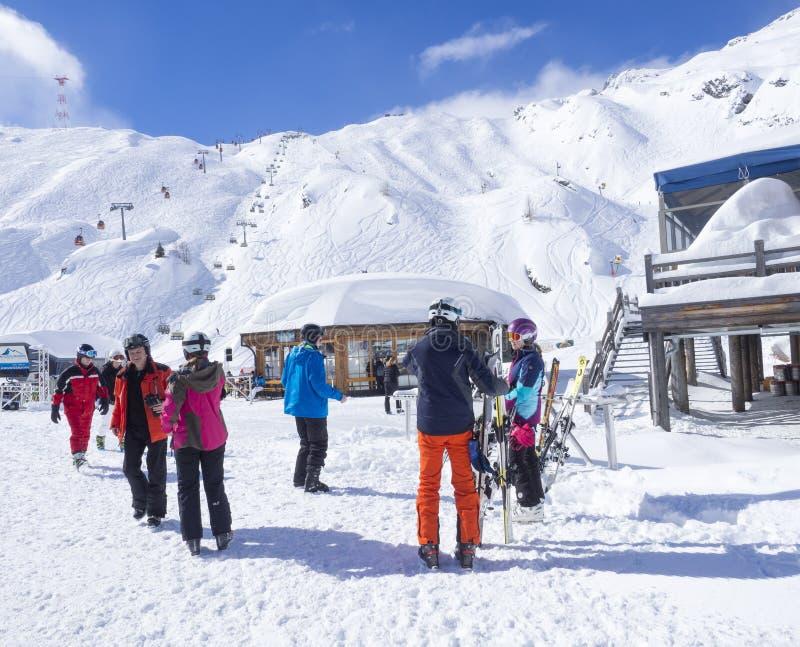 KAPRUN, ÖSTERREICH, am 12. März 2019: Skifahrer gehen vom Drahtseilbahn-Skiaufzug in Alpin-Mitte auf die Oberseite von hinaus lizenzfreies stockbild