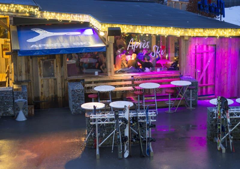 KAPRUN, AUSTRIA, Marzec 13, 2019: Nigt plenerowy widok na iluminującej Apres narciarskiej restauracji obok Kaprun kabla stacji zdjęcie stock