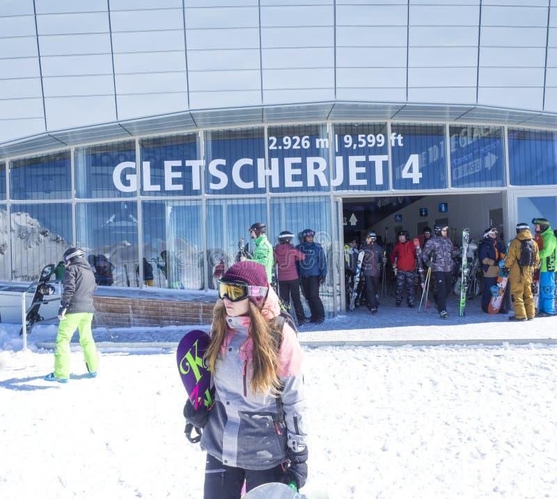 KAPRUN, AUTRICHE, le 12 mars 2019 : Les skieurs sortent du remonte-pente de funiculaire de Gletscherjet 4 sur le dessus du glacie image stock