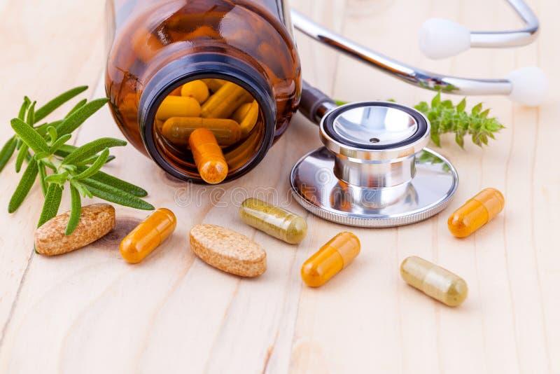 Kapsel av alternativ sund omsorg för växt- medicin med stethos arkivfoto