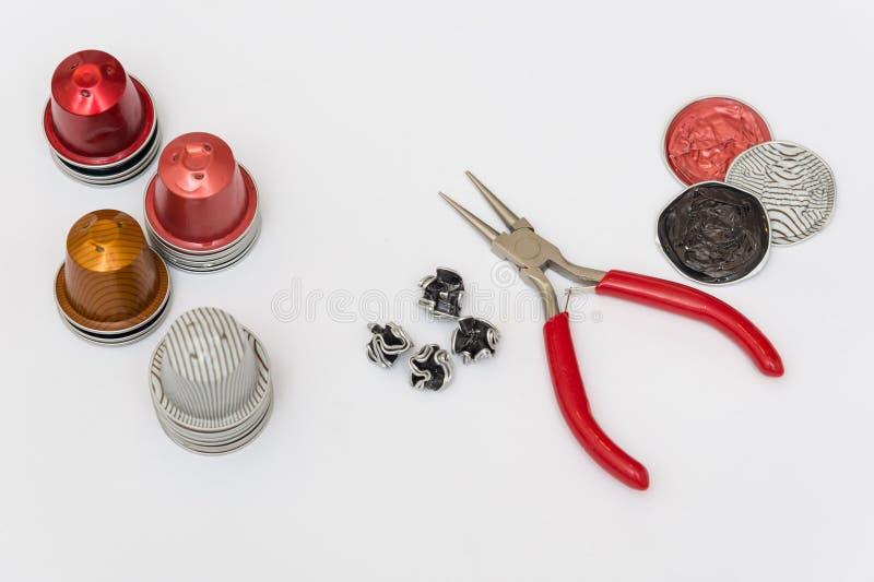 Kapsel und Werkzeuge für Bijoux stockfotos