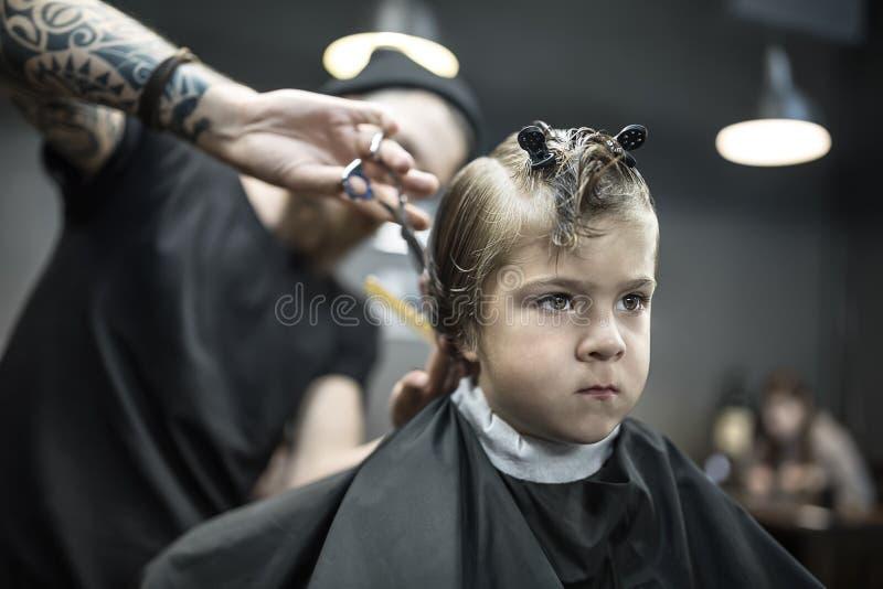 Kapsel van kleine jongen in herenkapper royalty-vrije stock afbeeldingen