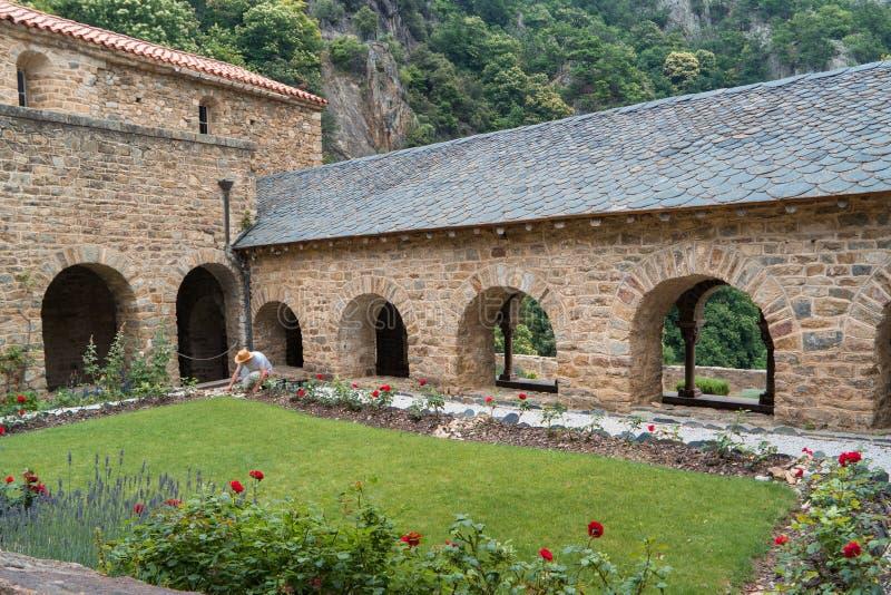 Kapseln Sie Garten der romanischen Abtei von St Martin du Canig ab lizenzfreie stockfotografie