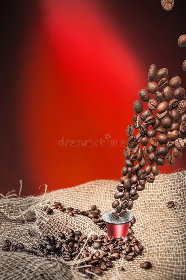 Kapseln und Kaffeebohnen stockfotografie