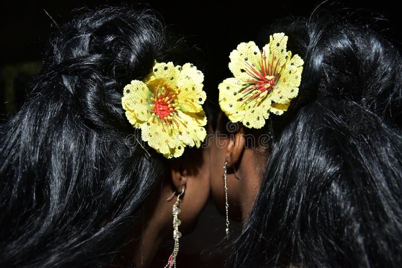 Kapsels twee donker-haired meisjes met gele bloemen in haar haar royalty-vrije stock afbeelding