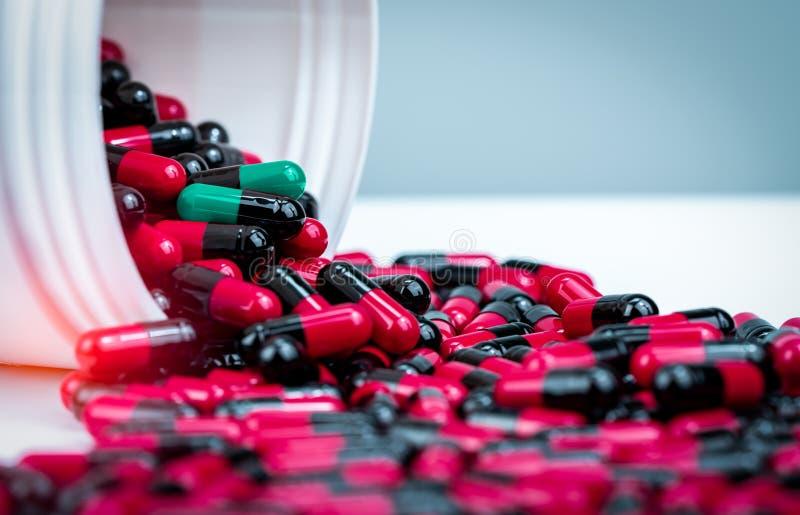 Kapselt die Pille ein, die heraus vom weißen Plastikflaschenbehälter verschüttet wird Verschreibungspflichtiges Medikament Antibi lizenzfreies stockfoto