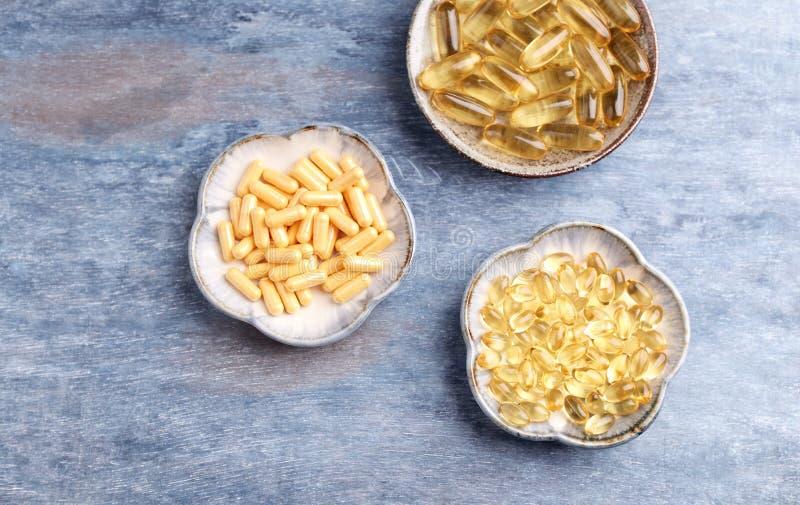 Kapslar för Coenzyme Q10, för omega 3 och för vitamin E dietary supplements royaltyfria foton