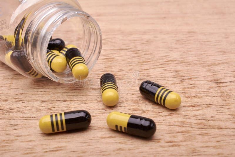 Kapsuł pigułki medicament od przejrzystej butelki zdjęcia royalty free