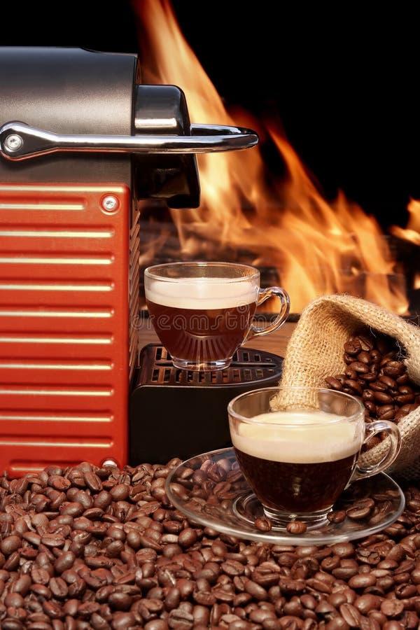 Kapsuły kawowa maszyna i dwa kawy espresso filiżanki zdjęcia stock