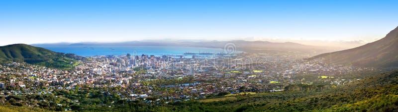 Kapsztad piękny panoramiczny odgórny widok od Stołowej góry, scenerii panorama miasto i port morski, ukrywamy na pogodnym ranku,  fotografia stock