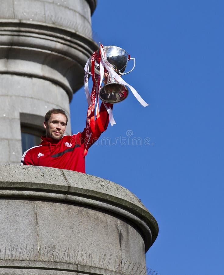 Kapten Russell Anderson för Aberdeen fotbollklubba med trofén royaltyfria bilder