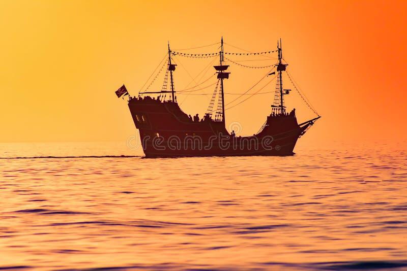 Kaptenminneslistan piratkopierar kryssning p? f?rgrik solnedg?ngbakgrund i Gulf Coaststr?nder arkivfoto