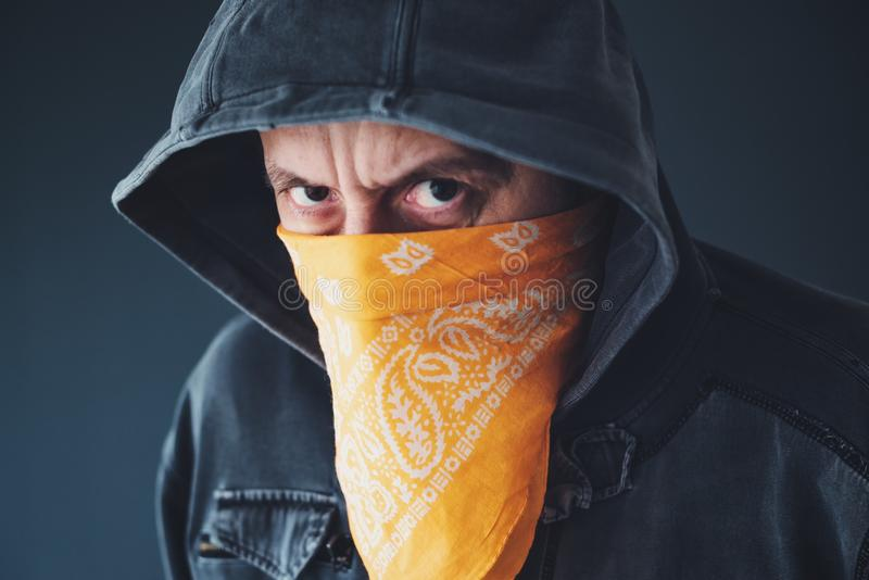 Kapturzasta gangu członka przestępca z szalikiem nad twarzą zdjęcie royalty free